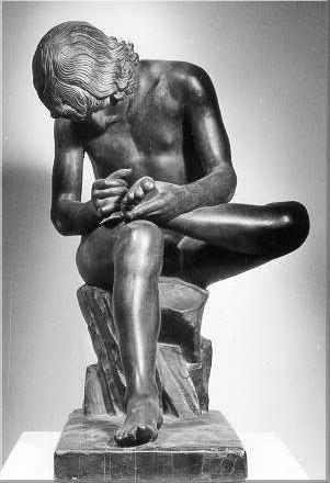 Escultura de hombre quitandose la espina del pie izquierdo.